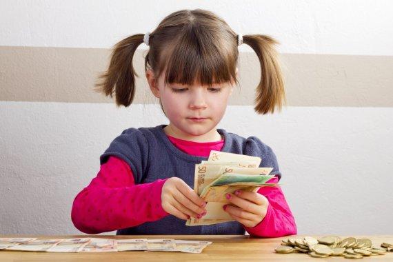 123RF.com nuotr./Mergaitė skaičiuoja pinigus