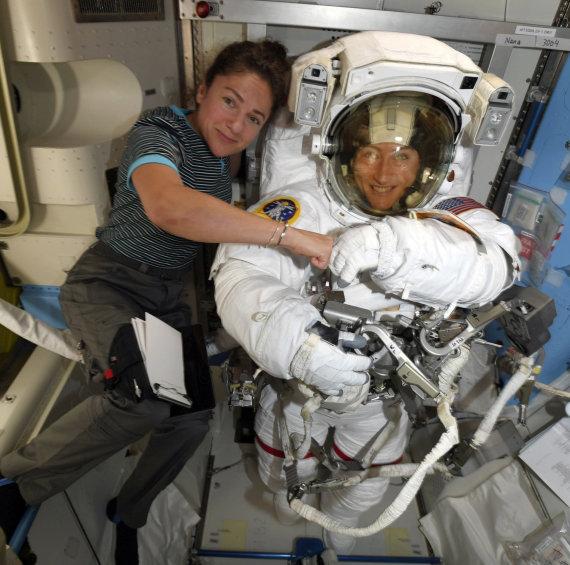 NASA nuotr./Jessica Meir (kairėje) ir Christina Koch pasiruošimo darbui atvirame kosmose metu
