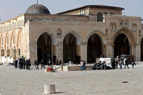 """AFP/""""Scanpix"""" nuotr./Palestiniečiai susiduria su Izraelio pareigūnais prie Al Aksos mečetės"""