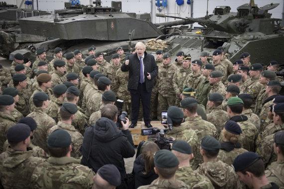 """""""Scanpix""""/AP nuotr./Borisas Johnsonas su britų kariais Estijoje"""