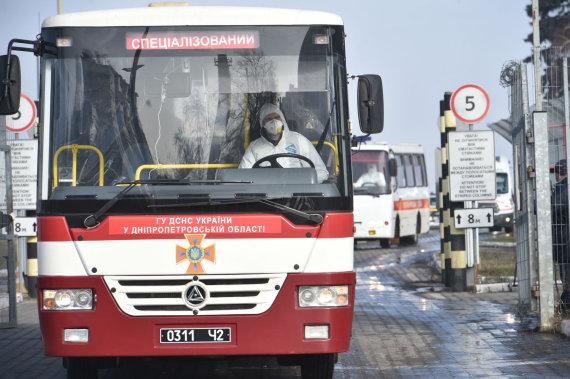 """AFP/""""Scanpix"""" nuotr./Autobusas, vežantis iš Kinijos evakuotus ukrainiečius"""