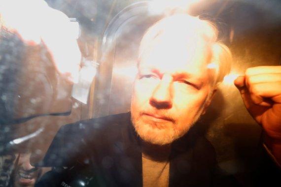 """AFP/""""Scanpix"""" nuotr./J.Assange'as atvyko į teismą"""