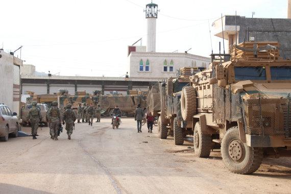 """AFP/""""Scanpix"""" nuotr./Turkų karinės technikos kolona Sirijos Idlibo provincijoje"""