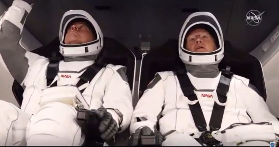 """AFP/""""Scanpix"""" nuotr./Bobas Behnkenas (kairėje) ir Dougas Hurley """"Crew Dragon"""" kapsulėje"""