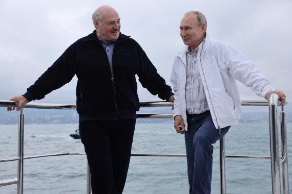 """""""Reuters""""/""""Scanpix"""" nuotr./Antrąją susitikimo dieną V.Putinas su A.Lukašenka plaukiojo laivu"""
