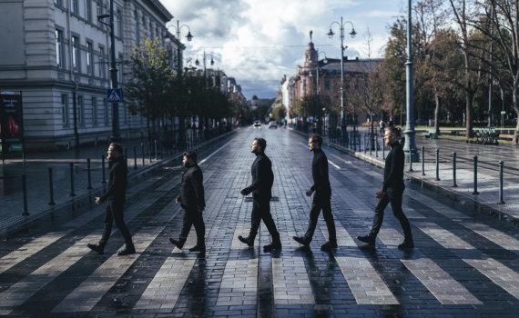 """Organizatorių nuotr./Rafailas Karpis ir Jokūbas Bareikis ant Vilniaus stogų sugrojo """"The Beatles"""" dainas"""