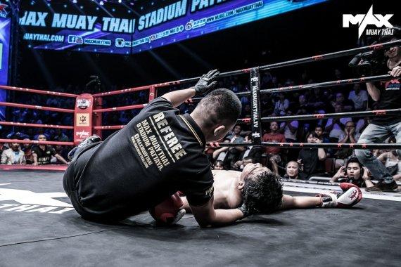 Max Muay Thai turnyro organizatorių nuotr./Sigitas Gaižauskas alkūne nokautavo tailandietį: šiam teko siūti antakį