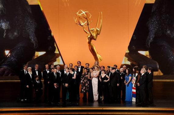 """AFP/""""Scanpix"""" nuotr./Serialo """"Sostų karai"""" komanda atsiima geriausio draminio serialo apdovanojimą"""
