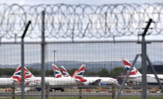 """AFP/""""Scanpix"""" nuotr./Šalys viena po kitos uždraudžia skrydžius iš Jungtinės Karalystės"""