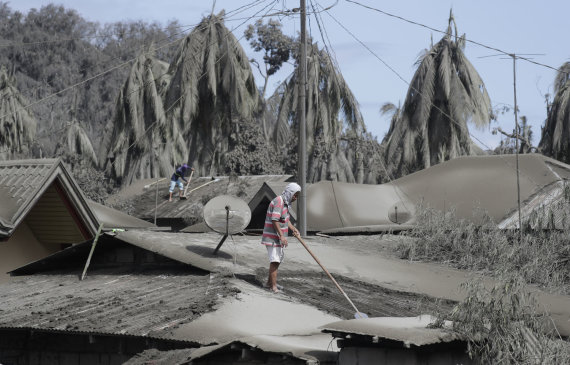 """""""Scanpix"""" nuotr./Taalo ugnikalnio apylinkės padengtos pelenais"""