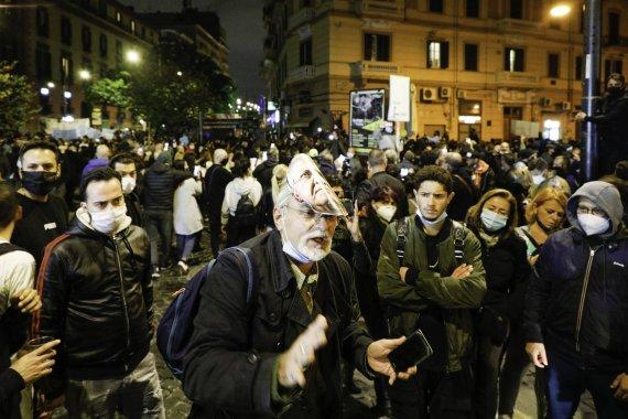 """""""Scanpix""""/""""SIPA"""" nuotr./Protestas prieš koronavirusinius apribojimus Neapolyje"""