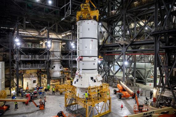 """Scanpix"" nuotr./""Artemis"" misijai statomos SLS raketos segmentas"