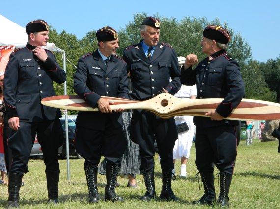 """Asociacijos """"ANBO eskadrilė"""" nuotr./Keturi asociacijos """"ANBO eskadrilė"""" nariai su propeleriu"""