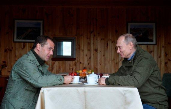 """Reuters""/""Scanpix"" nuotr./V. Putino ir D. Medvedevo atostogos su žvejais Novgorodo regione"