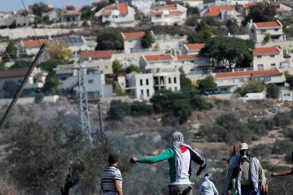 """""""Reuters""""/""""Scanpix"""" nuotr./Žydų nausėdija ir palestiniečių protestuotojai"""