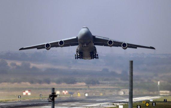 """""""Reuters""""/""""Scanpix"""" nuotr./Amerikiečių lėktuvas kyla iš Incirliko karinės oro bazės"""