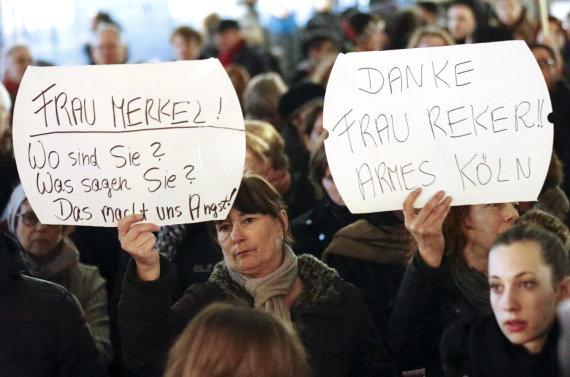 """""""Reuters""""/""""Scanpix"""" nuotr./Moterys Kelne susirinko į protestą dėl seksualinių išpuolių"""