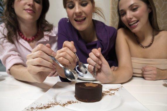 Vida Press nuotr./Draugės valgo pyragėlį