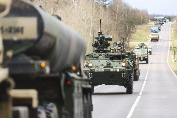 """Irmanto Gelūno / 15min nuotr./Tankai """"M1A2 Abrams"""" ir kita technika važiavo iš Ruklos į Pabradę"""