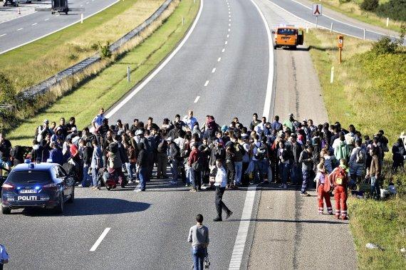 """""""Scanpix""""/AP nuotr./Pabėgėliai blokuoja kelią Danijoje"""