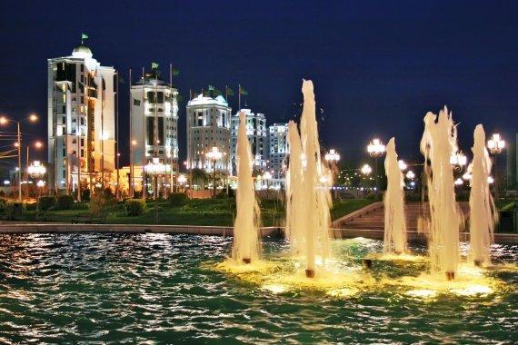 123rf.com nuotr./Šviečiantys fontanai Ašchabade, Turkmėnistane