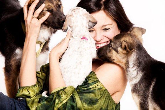 123RF.com/Mergina su šunimis