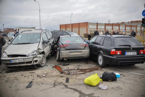 """Pauliaus Šaparnio nuotr./Panevėžyje susidūrus BMW ir """"Alfa Romeo"""" automobiliams, į ligoninę išvežtos trys mažametės"""