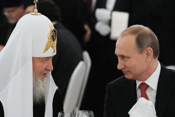 """""""Scanpix""""/""""RIA Novosti"""" nuotr./Rusijos stačiatikių bažnyčios vadovas Kirilas su Rusijos prezidentu Vladimiru Putinu"""