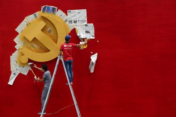 """""""Reuters""""/""""Scanpix"""" nuotr./Vienas iš komunizmo simbolių – kūjis ir pjautuvas"""