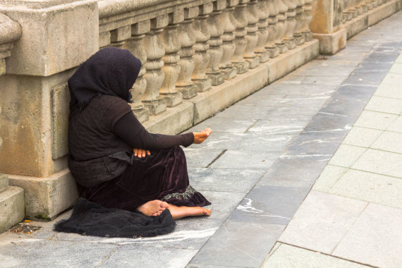 123rf.com nuotr. /Išmaldos prašanti moteris Romoje