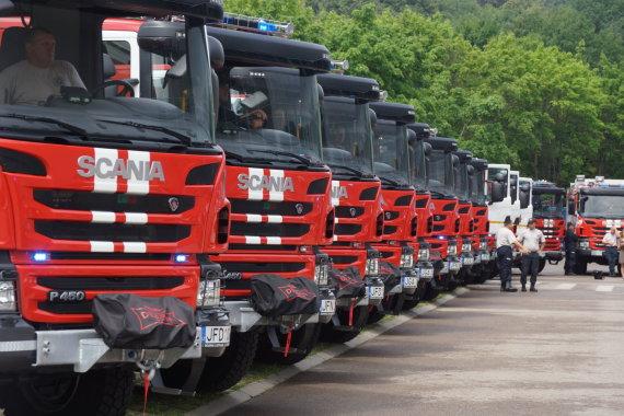 A.Primost/15min nuotr./Ugniagesiams gelbėtojams perduotos naujos gaisrinės automobilinės cisternos ir lengvieji automobiliai