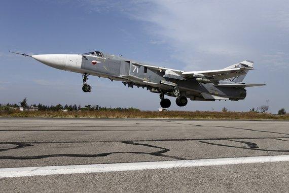 """""""Reuters""""/""""Scanpix"""" nuotr./Su-24 karo lėktuvas kyla iš oro uosto Latakijoje"""