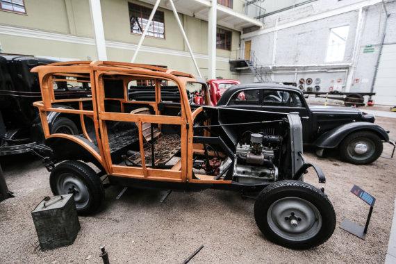 """Juliaus Kalinsko/15min.lt nuotr./""""Opel P4"""" automobilis su rėmu"""