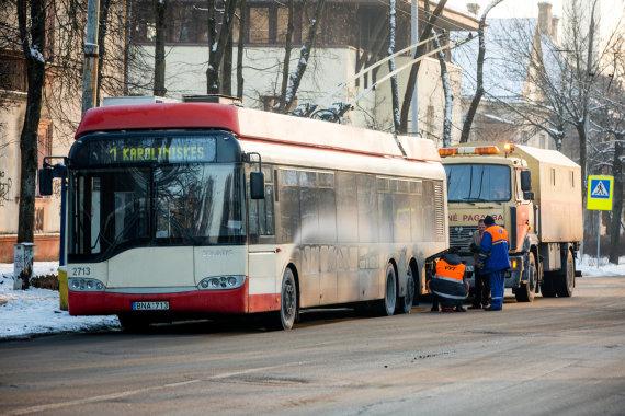 Vidmanto Balkūno/15min.lt nuotr./Techninė pagalba atšildo troleibusą