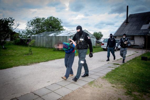 Vidmanto Balkūno / 15min nuotr./Policijos pareigūnai krečia įtariamųjų namus Šalčininkų rajone