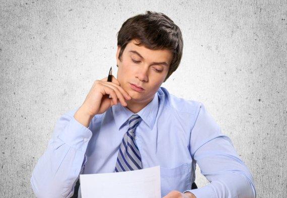 123RF.com nuotr./Įmonėje finansinės problemos, biuro darbuotojas svarsto, kaip čia pasiprašyti atleidimo