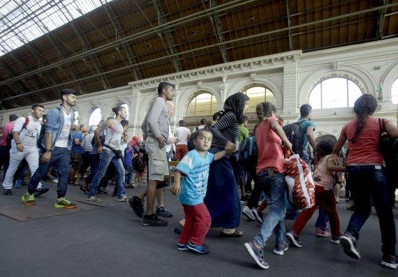 """AFP/""""Scanpix"""" nuotr./Pabėgėliai traukinių stotyje"""