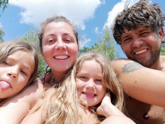 Asmeninio albumo nuotr./Andrius Pojavis su žmona Isabella ir dukromis Alisa ir Amelija