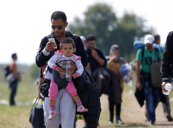"""""""Reuters""""/""""Scanpix"""" nuotr./Pabėgėliams svarbiausias dalykas – jų turimas išmanusis telefonas"""