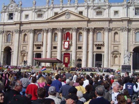 Popiežius laimina minią