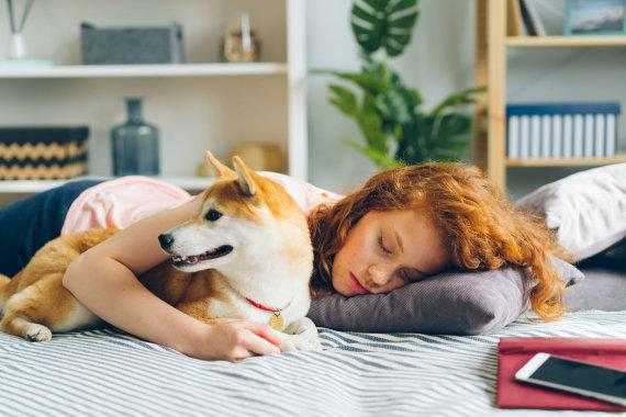 123RF.com nuotr./Mergina miega su augintiniu