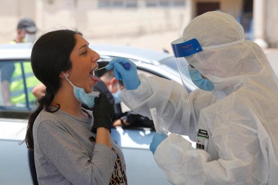 """""""Scanpix""""/""""SIPA"""" nuotr./Koronaviruso mėginio paėmimas Izraelyje"""