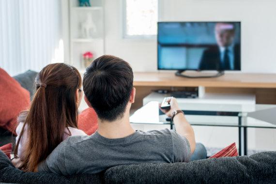 123RF.com nuotr./Šeima žiūri televizorių