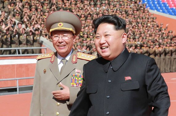 "AFP/""Scanpix"" nuotr./Ri Yong Gilas (kairėje) ir Kim Jong Unas"