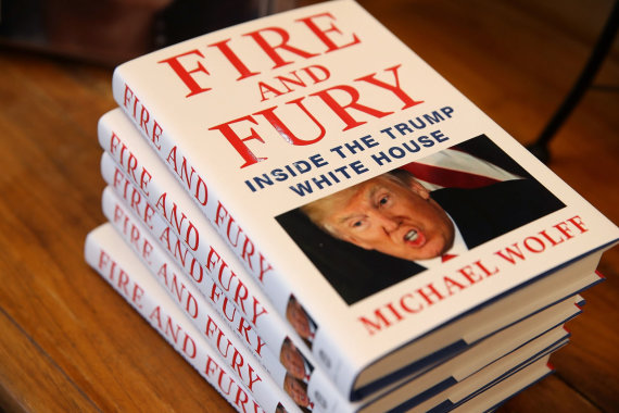 """AFP/""""Scanpix"""" nuotr./Michaelo Wolffo knyga """"Ugnis ir įniršis: Trumpo Baltųjų rūmų viduje"""""""