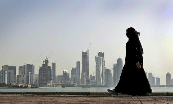 """Scanpix""/AP nuotr./Moteris su abaja Katare"
