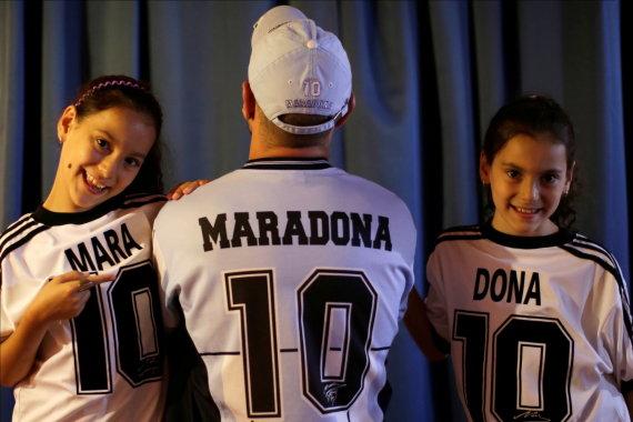 """""""Reuters""""/""""Scanpix"""" nuotr./Walteris Rotundo, pasišventęs Diego Maradona sirgalius, pavadino savo dvynukes dukras Mara ir Dona didžiojo futbolininko garbei."""