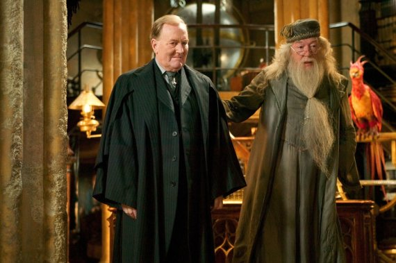 """Vida Press nuotr./Robertas Hardy ir Michaelas Gambonas filme """"Haris Poteris ir Ugnies taurė"""" (2005 m.)"""