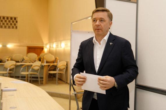 Eriko Ovčarenko / 15min nuotr./Ramūnas Karbauskis balsuoja