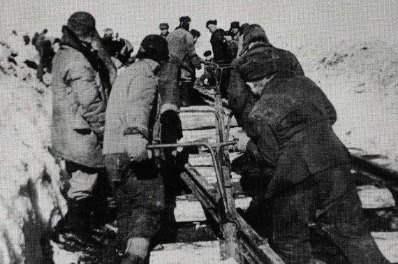 gulag.online/Rusijos Federacijos valstybės archyvo nuotr./Nuteistieji tiesia Stalino geležinkelį.